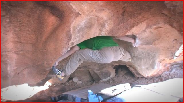 Nalle Hukkataival showing his best side on A story of two Gabors, 8B, Hueco Tanks, 43 kb