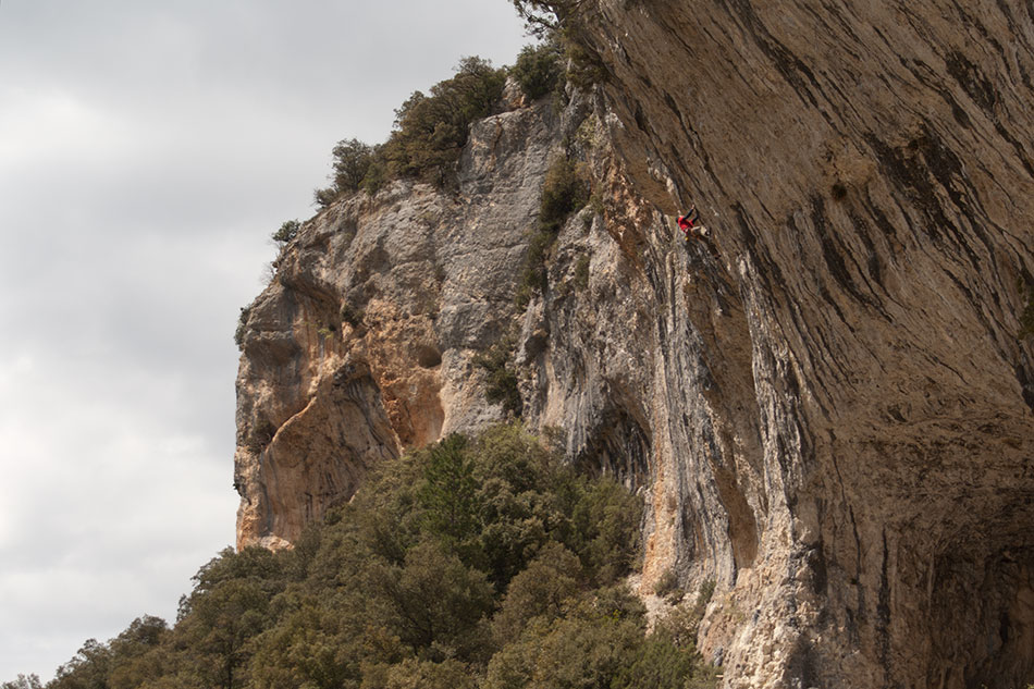 A climber on the brilliant long 8a of La Farce Tranquille, 157 kb