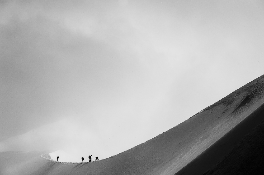 A small group of tired climbers returns from long traverse of Valle Blanche. Photograph taken from Aiguille du Midi., 161 kb