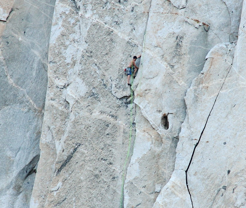 Alex Honnold following Hans Florine on their speed ascent of The Nose. Alex has loops of rope over his shoulder., 199 kb