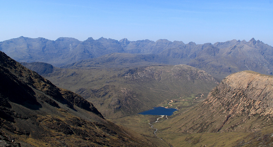 The entire Cuillin Ridge from Gars-bheinn (left) to Sgurr nan Gillean, seen from Clach Glas., 209 kb