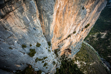 Mich Kemeter freesolos the F6a last pitch of Durandal, in the Verdon gorges of France., 85 kb