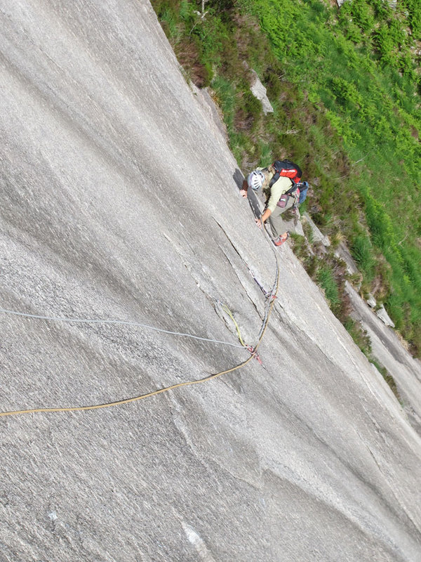 Clare setting up for the rockover onto the quartz band on pitch 2, 174 kb