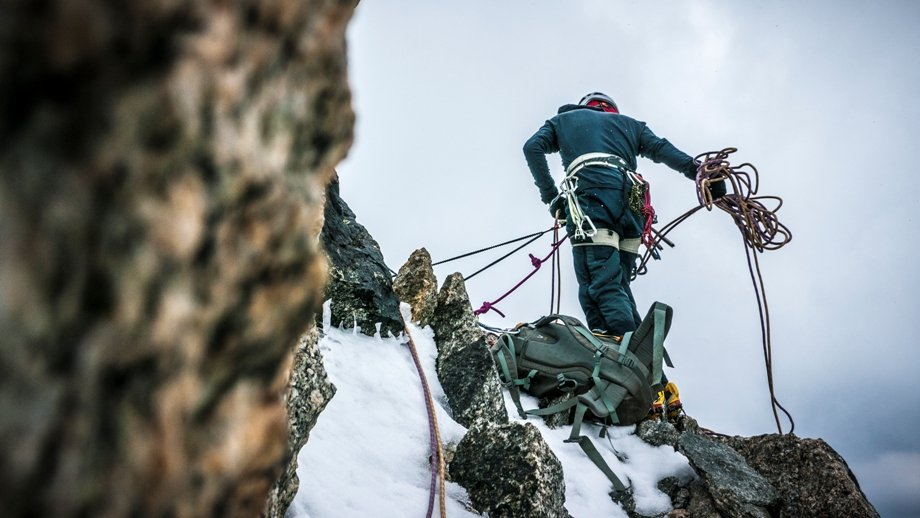 About to abseil down the Chere Couloir. Photo Alex Buisse, 87 kb