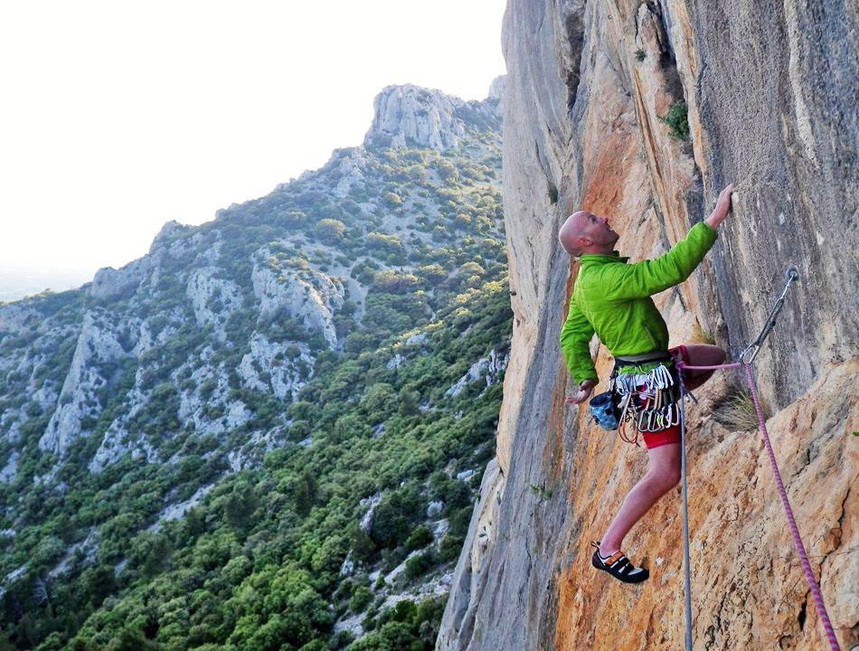 On the perfect limestone of Les Dentelles, Provence., 210 kb