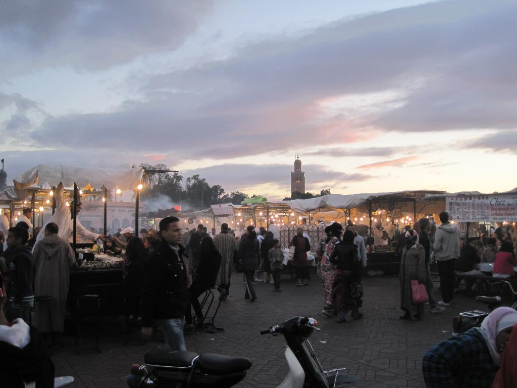 Marrakech - Jemaa El Fna at dusk, 76 kb