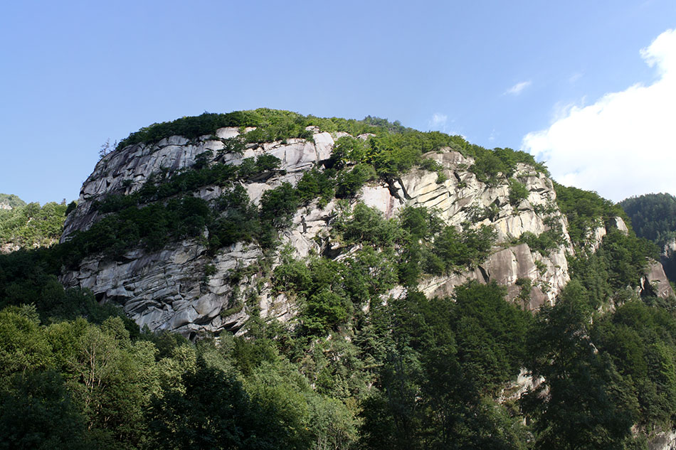 An overview of the crag - Cadarese, 194 kb