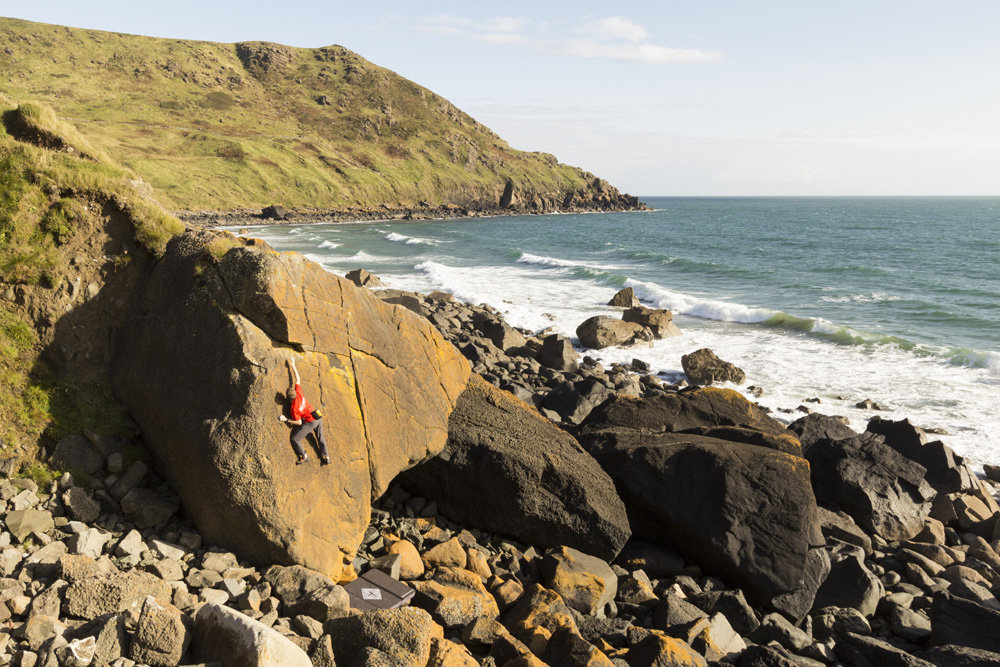 The author testing the Recon on a highball at Porth Ysgo, 218 kb