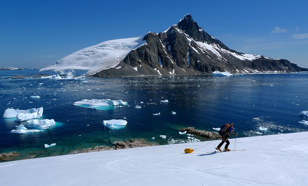 Heading for the unexplored. Apendice Island Pk behind. Antarctic Peninsula, 188 kb