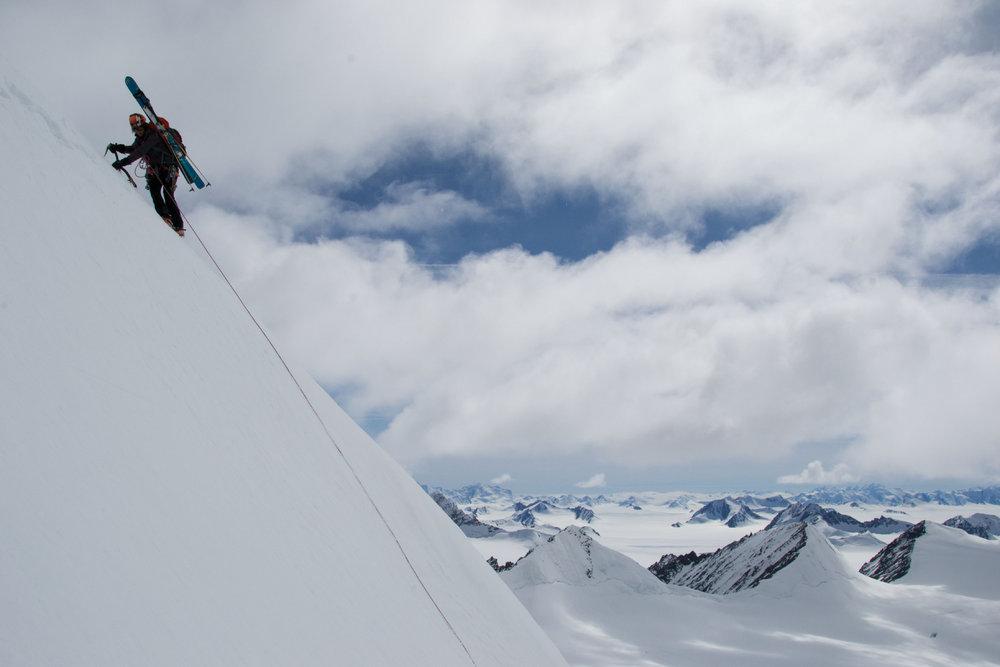 Sara Arbos i Torrent downclimbs Cantaloupe Island peak, AD-. Credits Arnaud Sors, 79 kb