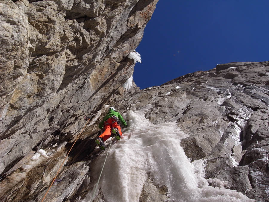 Matt Helliker involved in loose mixed high up in the fault line, 167 kb
