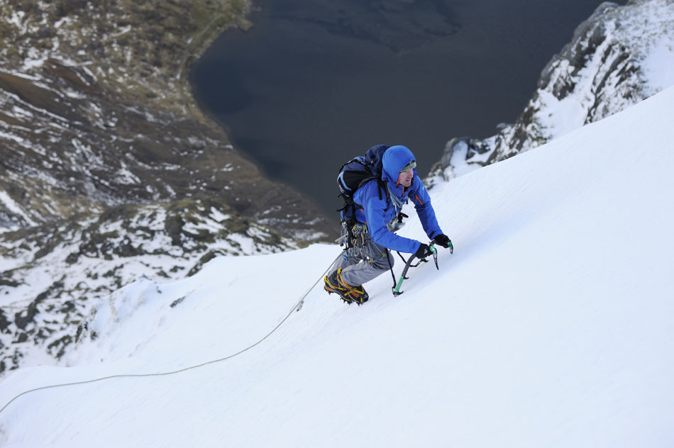 Stu McAleese romping up perfect neve in North Wales with the DMM Apex axes, 89 kb