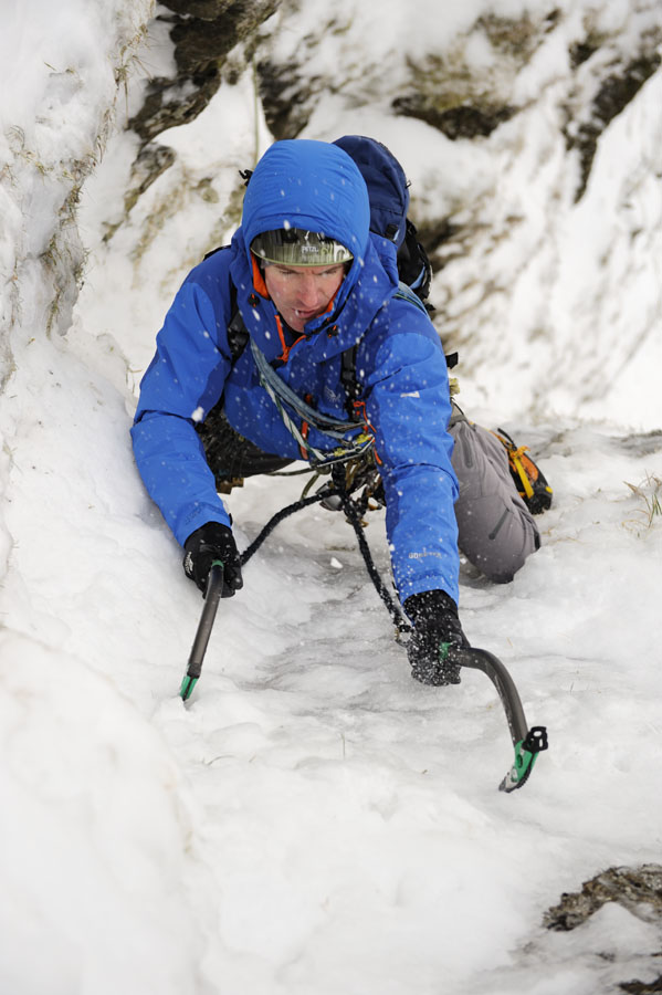 Stu McAleese romping up perfect neve in North Wales with the DMM Apex axes, 105 kb