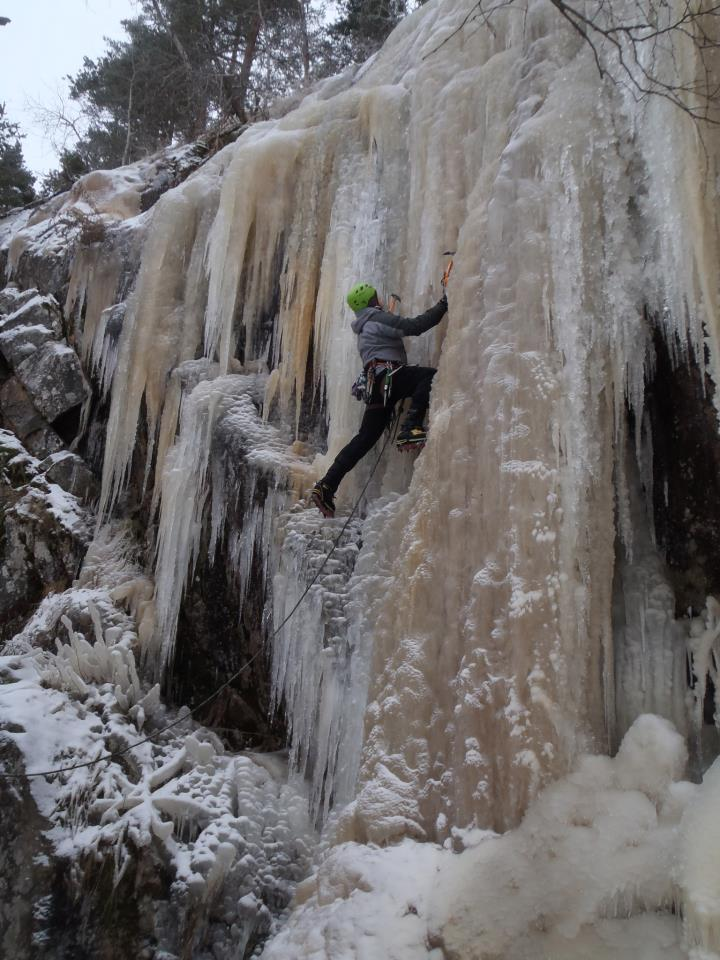 Toby Archer on steep ice at Angelniemi, SW Finland, with the M270, 108 kb