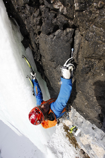 Albert Leichtfried placing gear on the crux pitch of Senza Piombo, 114 kb