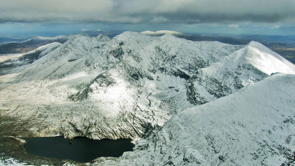 The MacGillycuddy�s Reeks in winter, seen from the top of Carrauntoohil , 139 kb