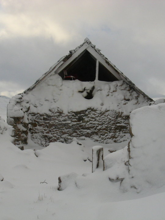 Recent damage to Faindouran bothy - a room without a flue, 45 kb