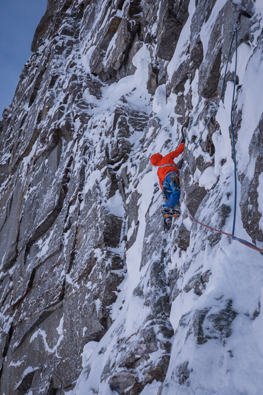 David Lama leading through on difficult mixed terrain, 158 kb