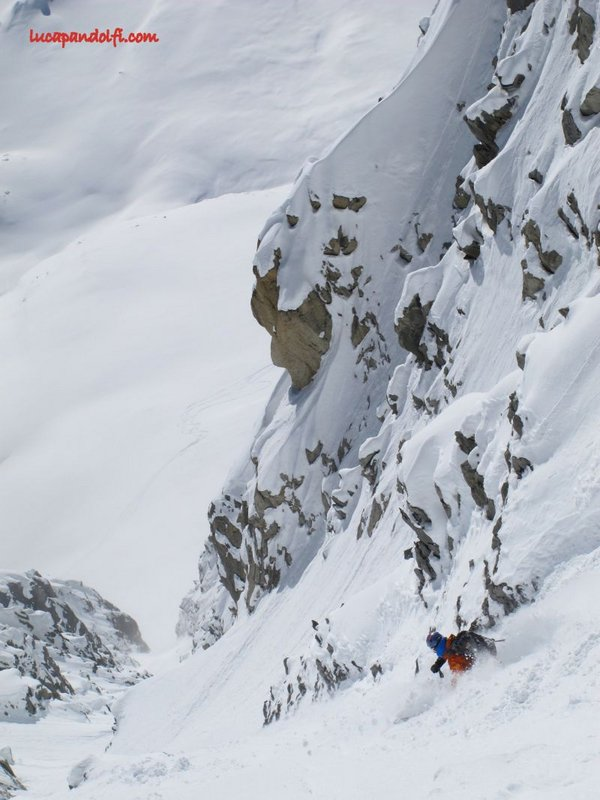 Tom Grant skiing 'Deep Pow' in the Couloir Angelique, Les Courtes, 79 kb