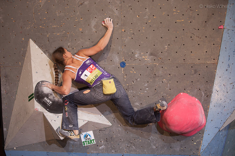Anna Stöhr climbing to first place for the second time in two rounds - Millau, France, 136 kb