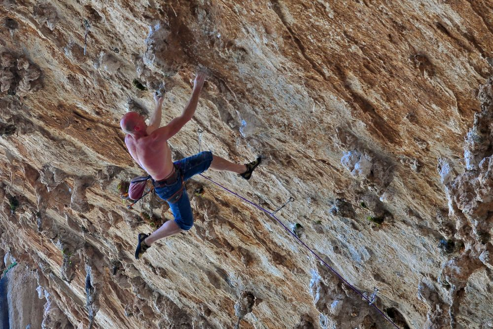 Mike Owen on-sighting Fun de Chichunne, Grande Grotta, Kalymnos., 203 kb