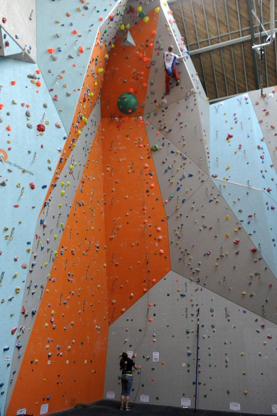 Steve Glennie reaching for the top of a technically challenging ascent in the mens� finals, 124 kb