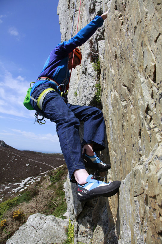 Red Chili Spirit rock shoes in action on King Bee Crack, Holyhead Mountain, 160 kb