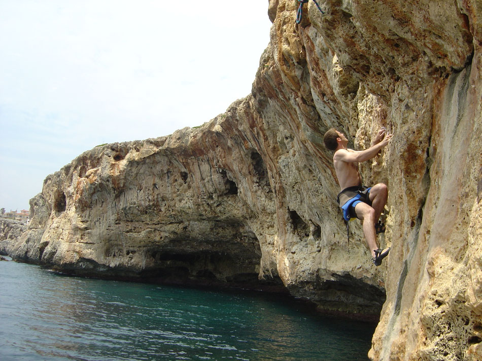 James Cole climbing �Superwoman� 7a+, at an empty Diablo, 202 kb