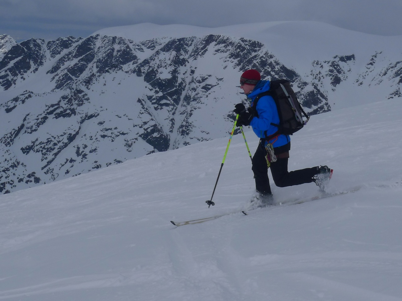 Skiing down Holmbuktind, Lyngen. photo: Dave Smith, 227 kb