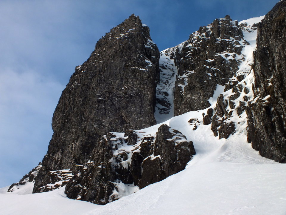 Nutcracker - the narrow ribbon of ice on the right hand side of the central gully, 177 kb
