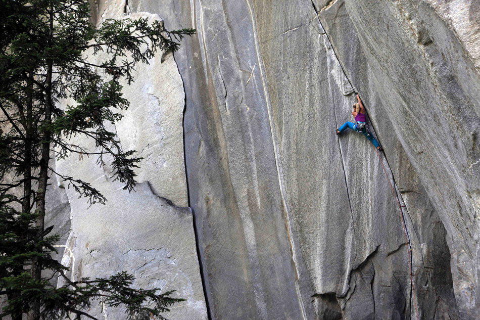 Hazel Findlay repeating the stunning testpiece The Doors (5.13 / E8) in northern Italy., 222 kb
