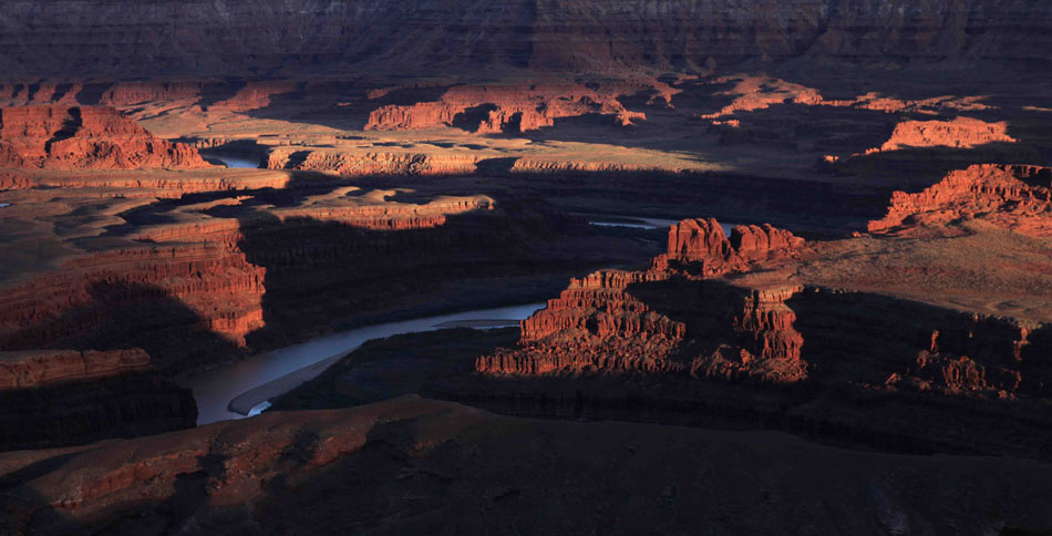 East of Deadhorse Point, the Colorado River winds through the sandstone tableland near Moab, Utah, 108 kb
