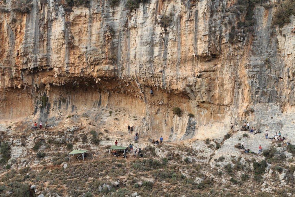 The crag at Amchit, 200 kb
