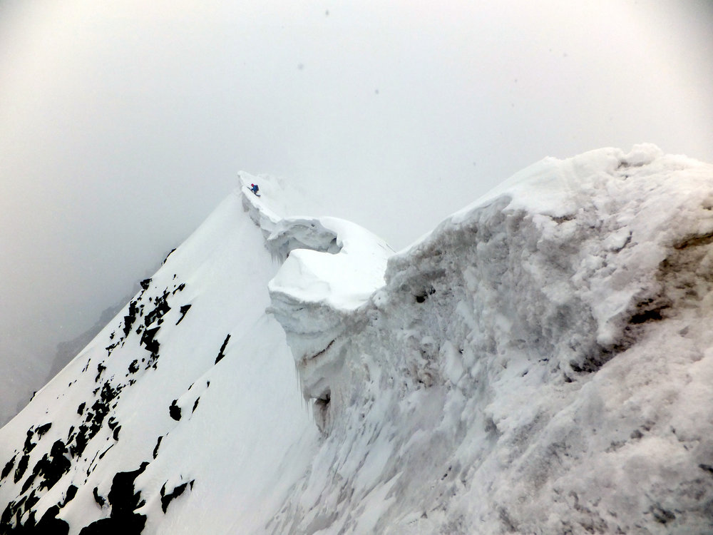 Ross negotiates the difficult cornices on the summit ridge of Pik Currahee (5025m) - Photo by Clay Conlon, 112 kb