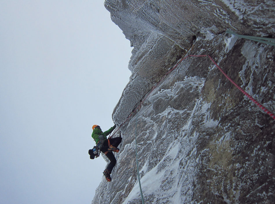 Murdoch pulling over the roof with just the crux of Hydroponicum to go on the FWA of The Route of All Evil, Beinn Eighe, 160 kb