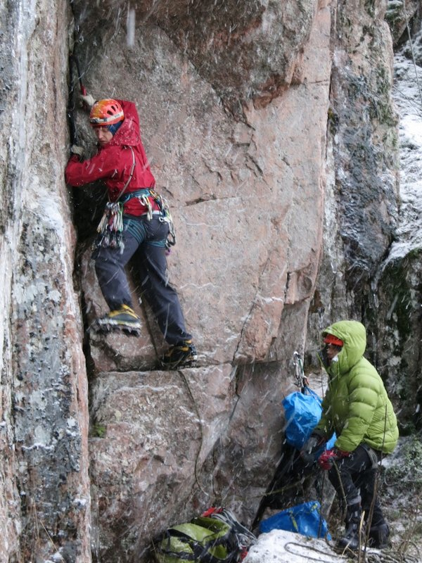 Henkka borrows the Fjörm while belaying me in a soggy blizzard, 139 kb
