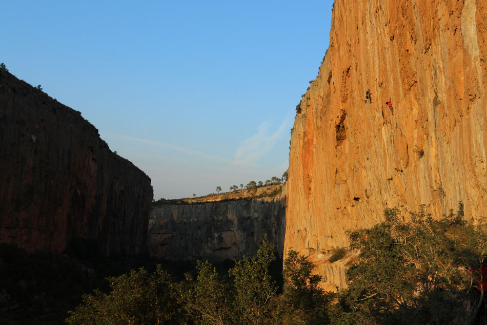 Looking down the beautiful gorge of Chulilla, with endless climbing on both sides - spot the climber!, 124 kb