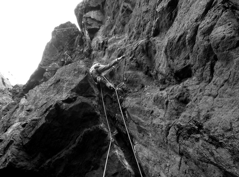 Benno Wagner starting up the loose and wet Ugly, E8/XXS, at Shale City on the Lleyn Peninsula, 183 kb