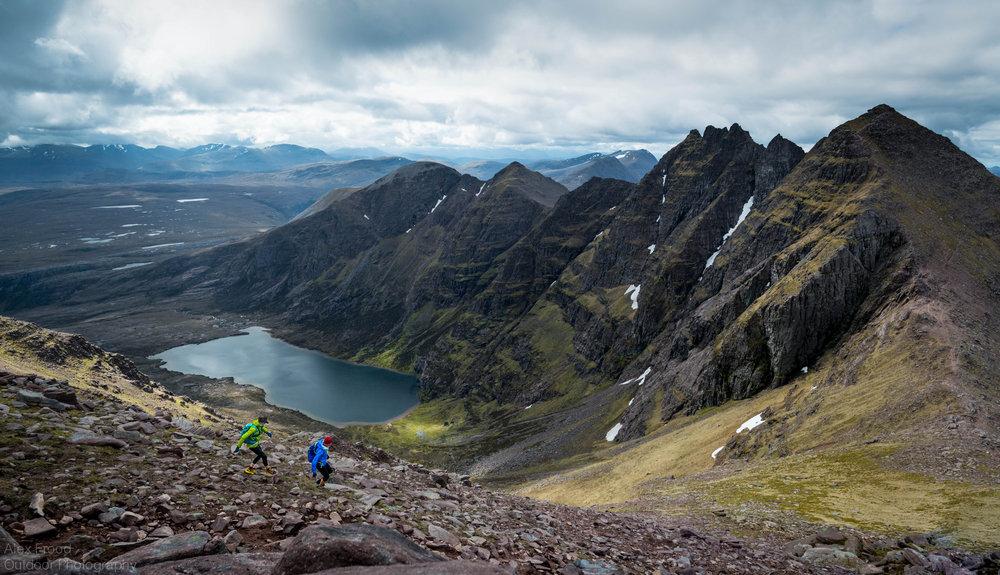 Trail runners on heading for Sgùrr Fiòna from Bidean a' Ghlas Thuill on An Teallach, 200 kb
