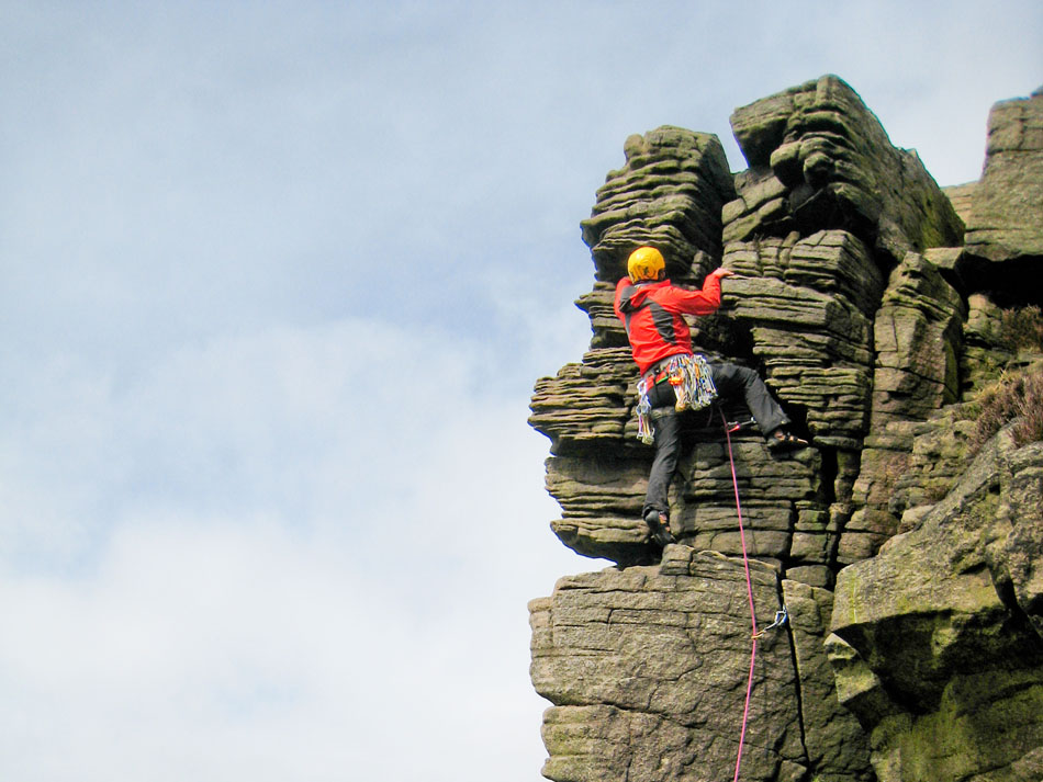 George Cave climbing in the Mountain Hardwear Quasar Hybrid Pullover, 140 kb