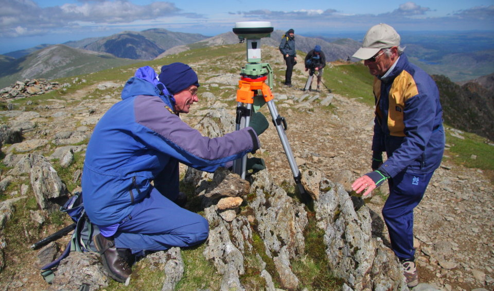Setting up the Leica GS15 on the summit of Crib y Ddysgl, 168 kb