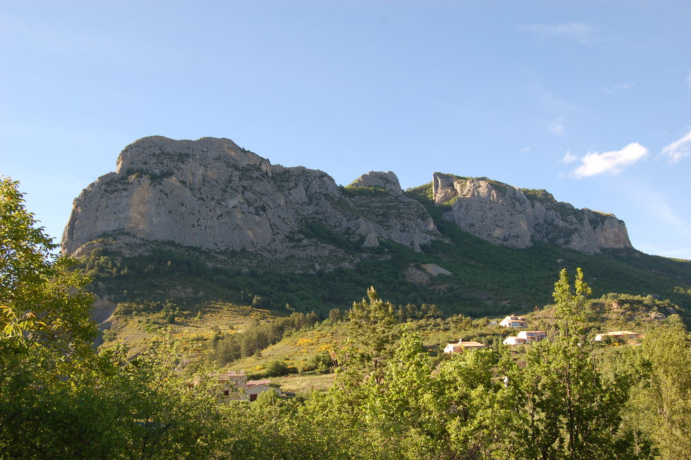 Full right crags from Quiquillon on left, past Blue Wall and Yellow Wall, 195 kb