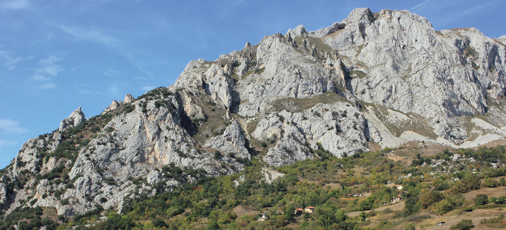 The magnificent crag of Quirós sits proudly on the flanks of the Sierra de Caranga., 162 kb
