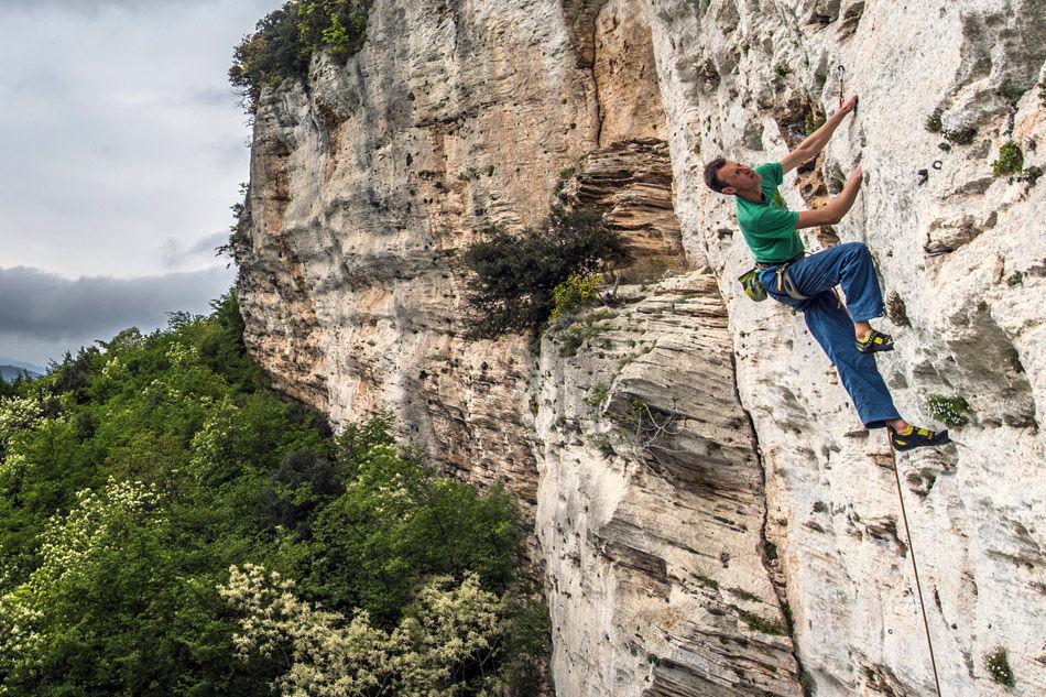 Jack Geldard wearing the Vapour Vs on a limestone sport route in Finale, Italy © UKC Gear