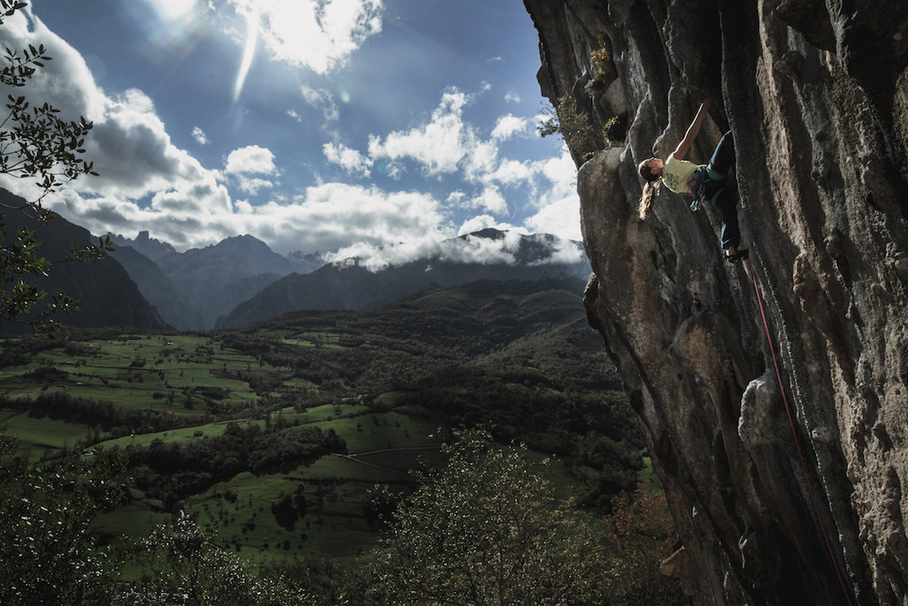 Caroline Ciavaldini, truly in the shadow of the picos on Infiltrados, 7a, Chorreras, Poo, 181 kb
