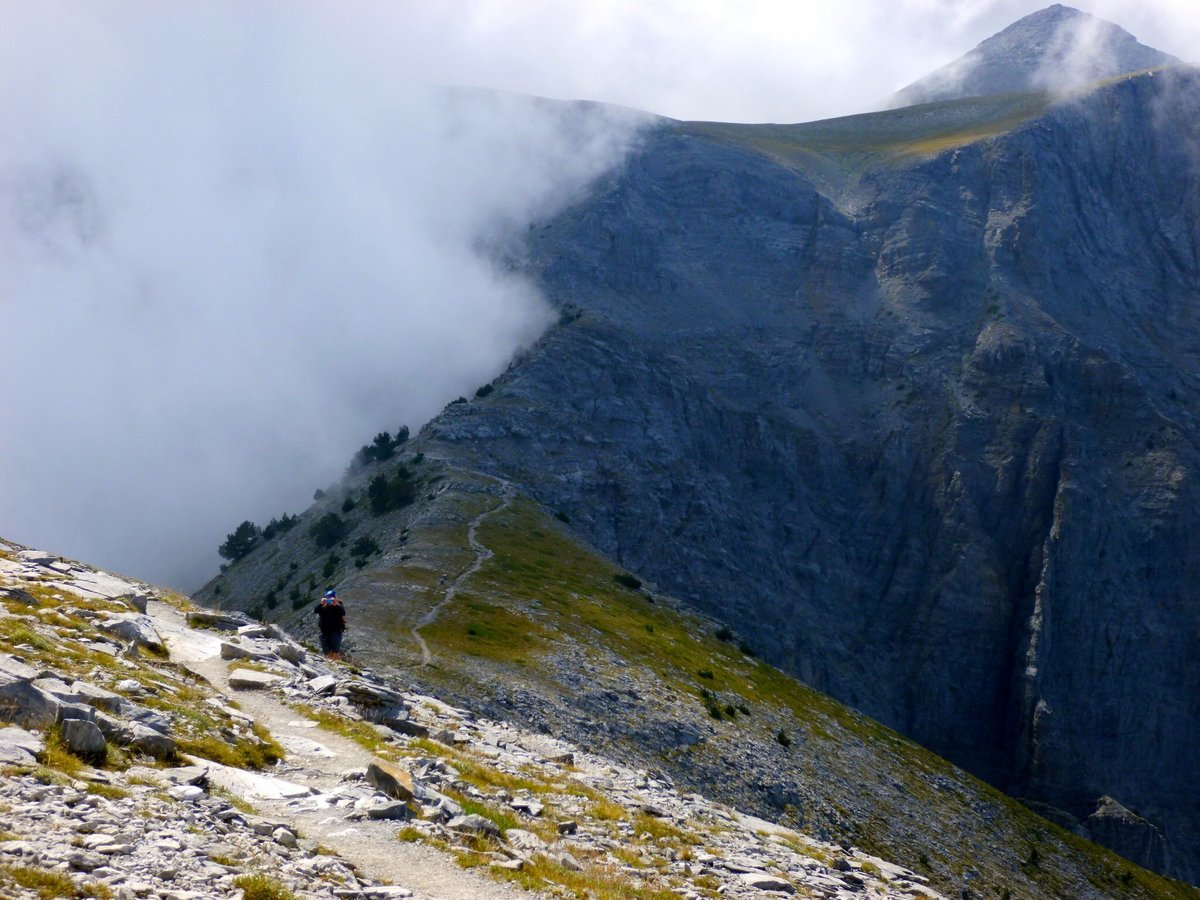 Atop Skourta, the Muse's plateau lays just beyond a narrow mountain path, 197 kb