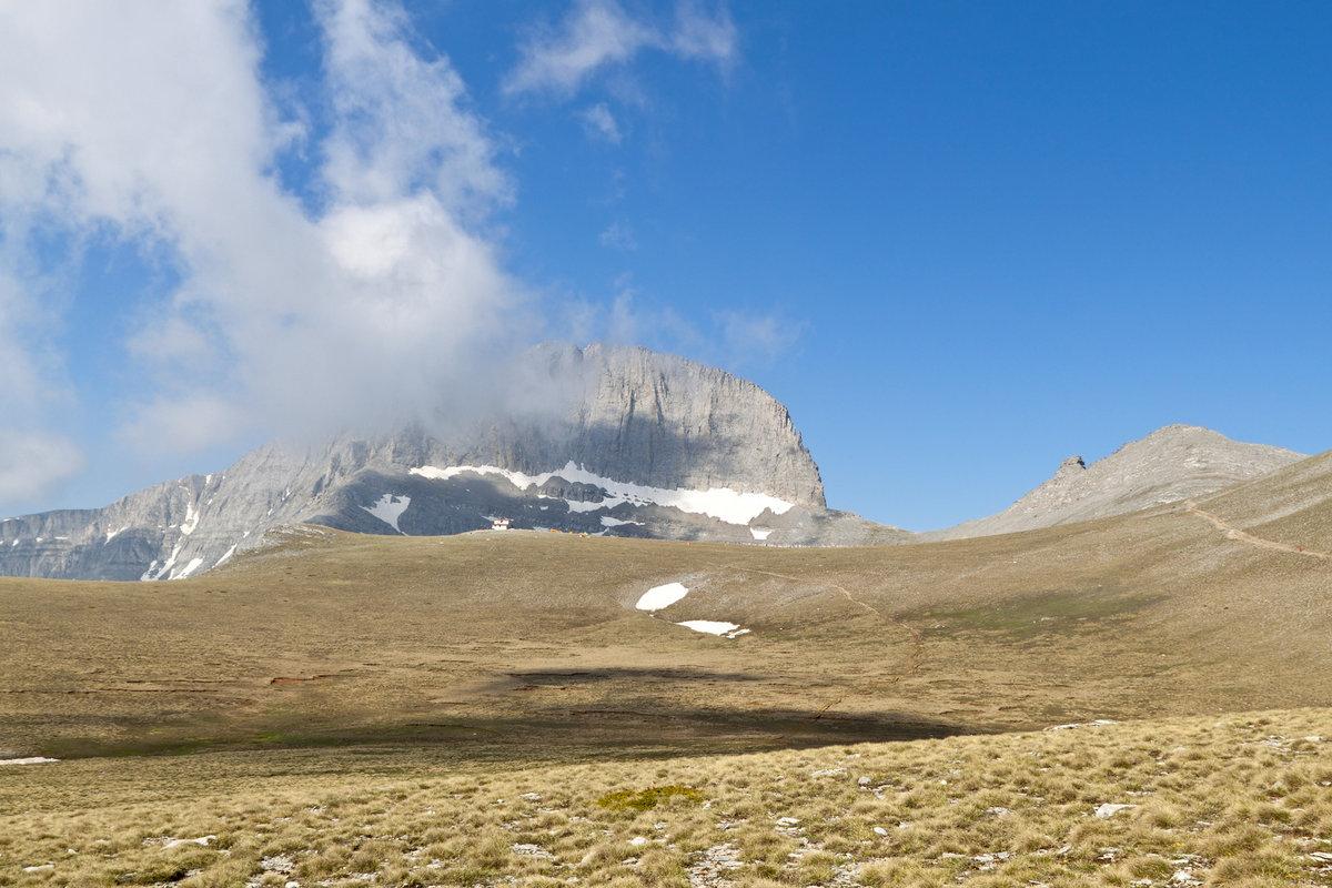 Stefani Peak hangs over the plateau, 215 kb