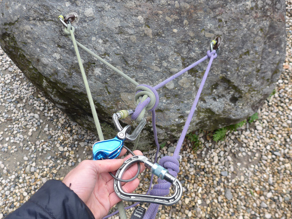 Belay device clipped to the overhand knot, 243 kb