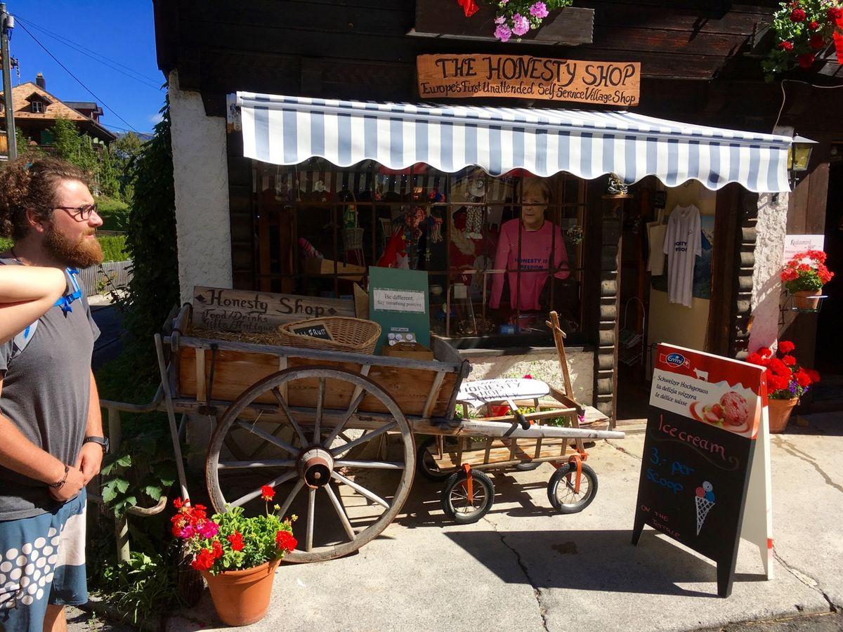 Quaint shop in Gimmelwald, 210 kb