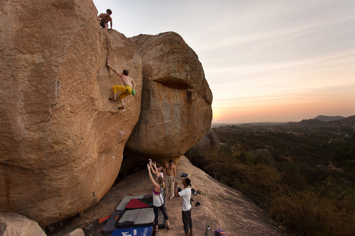 Hampi highballing at it's best - Cosmic Crimp (6B+), 257 kb